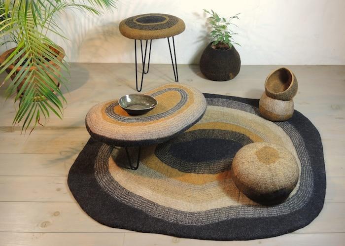 tapis-feutre-ocre-noir-rond-ambiance