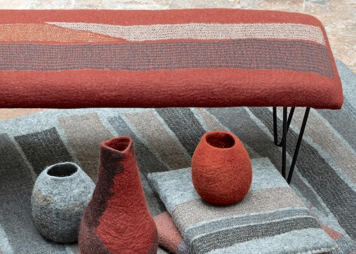 objets et banc en feutre rouge fait-main