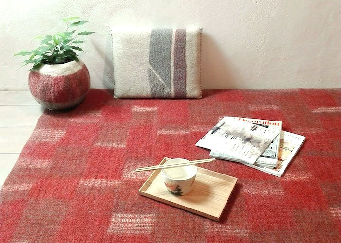 tapis, coussin et cache-pot en maille et feutre de laine
